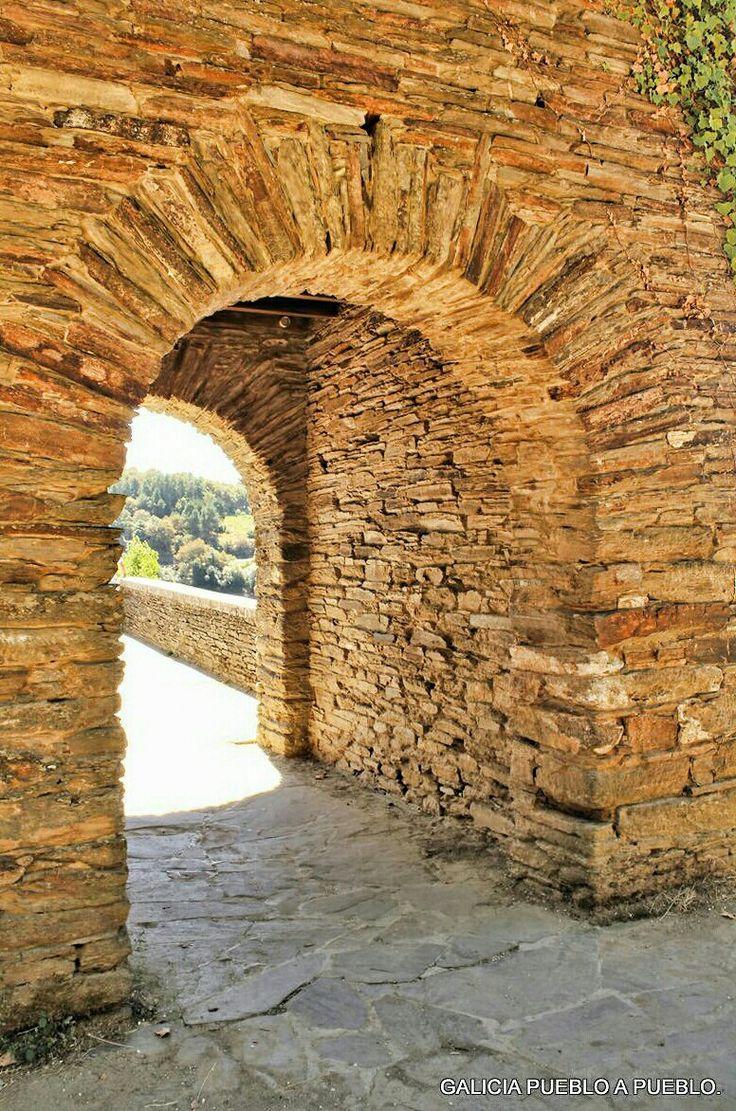 En el medievo estaba dedicada a Santiago, y según el Codex Calixtinus, al cruzar por su bóveda se recibía bendición papal, de ahí la importancia de la población en el Camino a Santiago.