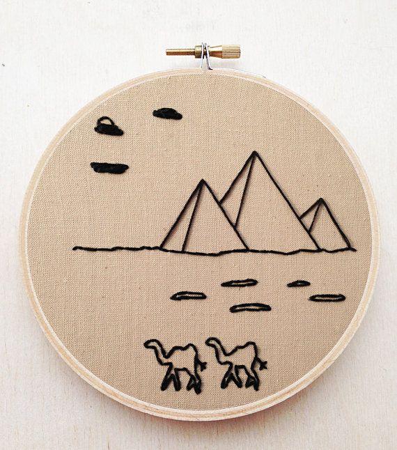 Deze minimalistische landschap borduurwerk van de Egyptische piramides & een set van kamelen zijn geborduurd met thee-geverfd mousseline weefsel en zwarte borduurwerk floss in een 5 borduurwerk houten hoepel. De stof is veilig gelijmd aan de rug van de hoepel belooft een langdurige kunstwerk.  Een object gepersonaliseerde nodig? De mogelijkheden zijn eindeloos! Ik ook volledig aangepaste bestellingen (Klik op de knop verzoek aangepaste volgorde op de hoofdpagina van mijn winkel.) Ik hou v...