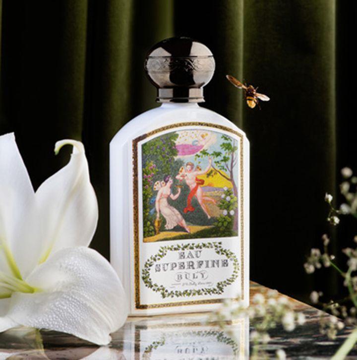 美と香にフォーカス。日本初上陸、パリ発の総合美容薬局「オフィシーヌ・ユニヴェルセル・ビュリー」   1803年にフランス・パリで誕生した総合美容薬局〈オフィシーヌ・ユニヴェルセル・ビュリー〉が、このたび日本に初上陸。4月1日(土)、東京・代官山に日本第1号店がオープンした。    今回のオープンに際し、オーナーである美の巨匠・ヴィクトワール氏に、商品や内装のこだわり、極意、オープンに至るまでの経緯などを伺った。      〈オフィシーヌ・ユニヴェルセル・ビュリー〉は、水性香水を...