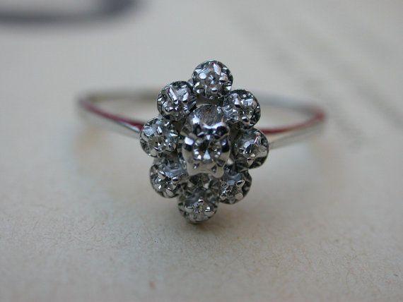 Une magnifique fleur antique des années 1930 genunie diamant et un anneau très bien fait en or blanc massif forme (estampillé, testé). Il contenir une plus grande 9pcs rose diamant taillé de 1,8 à 2,2 mm qui fait une face de la bague forme fleur, cette bague est dans un très élégant art déco, belle et simple.   s'il vous plaît voir la photo tous pour excellent son état  Toutes les photo a été englarged pour les détails de l'anneau; s'il vous plaît vérifier la taille ci-dessous  Taille : 10…