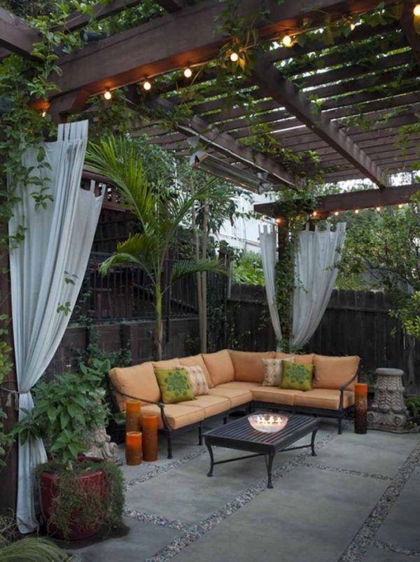 Garten ecksofa holzzaun säulen kletterpflanzen vorhänge