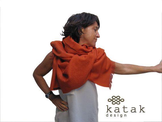 Pañuelo manta de lana de tamaño grande. Tejido con finos motivo florales. Hay en tres colores diferentes: naranja, color mostaza y verde musgo. Puede