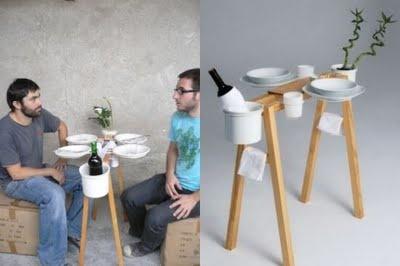 Minimalisme med god værkstedshumor :-)  En træbuk fra byggemarkedet er ombygget til et lillebitte spisebord med vase og vinkøler: Design Tables, Tables Design, Restaurant Design, Save Tables, Spaces Save, Minimal Dining, Bohem Tables, Balconies Furniture, Outdoor Dining Tables