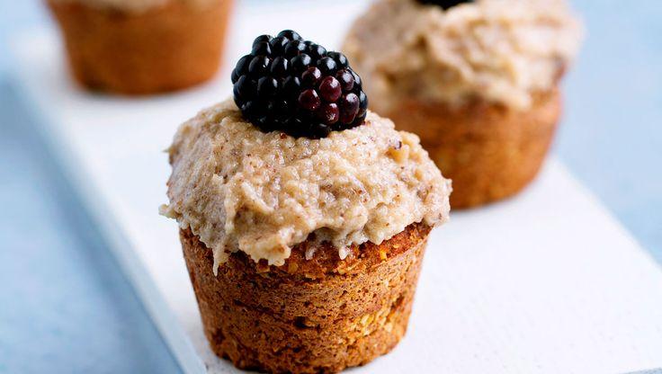 En skøn, sund gulerodskage, som kan laves i én stor form eller som flere små cupcakes med smørtopping. Det ekstra twist ved denne gulerodskage er, at den er helt uden mel og sukker
