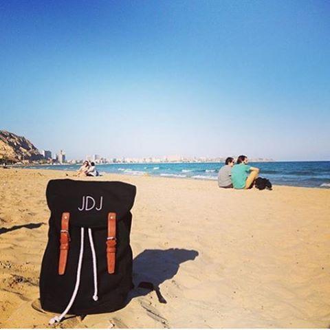 der Mein Monogramm Rucksack genießt ein Tag am Strand