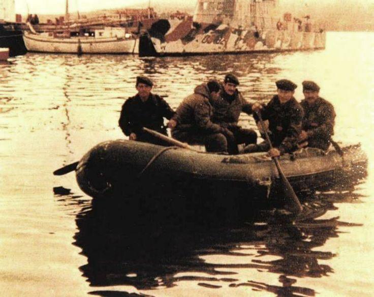 """Albatros y Comandos navegan en un bote de goma frente al GC-82 """"Islas Malvinas"""""""