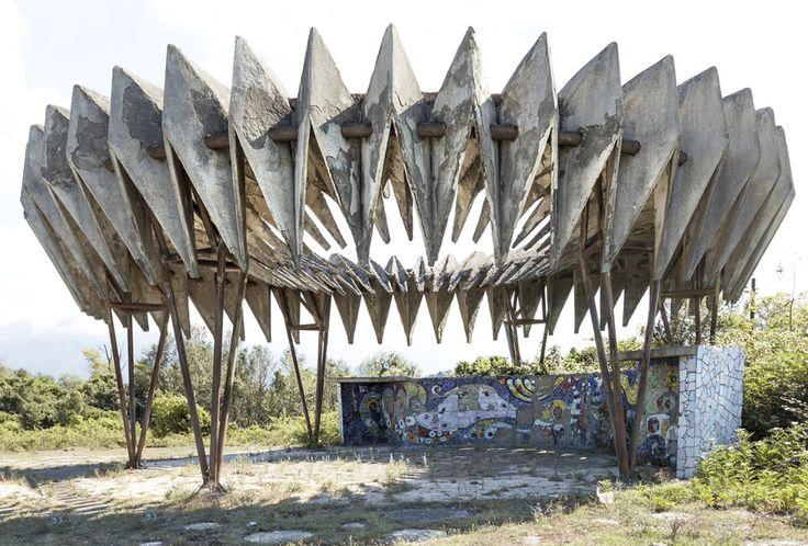 quibbll.com - Кристофер Хервиг (Christopher Herwig): Советская автобусная остановка - Абхазия, г. Пицунда