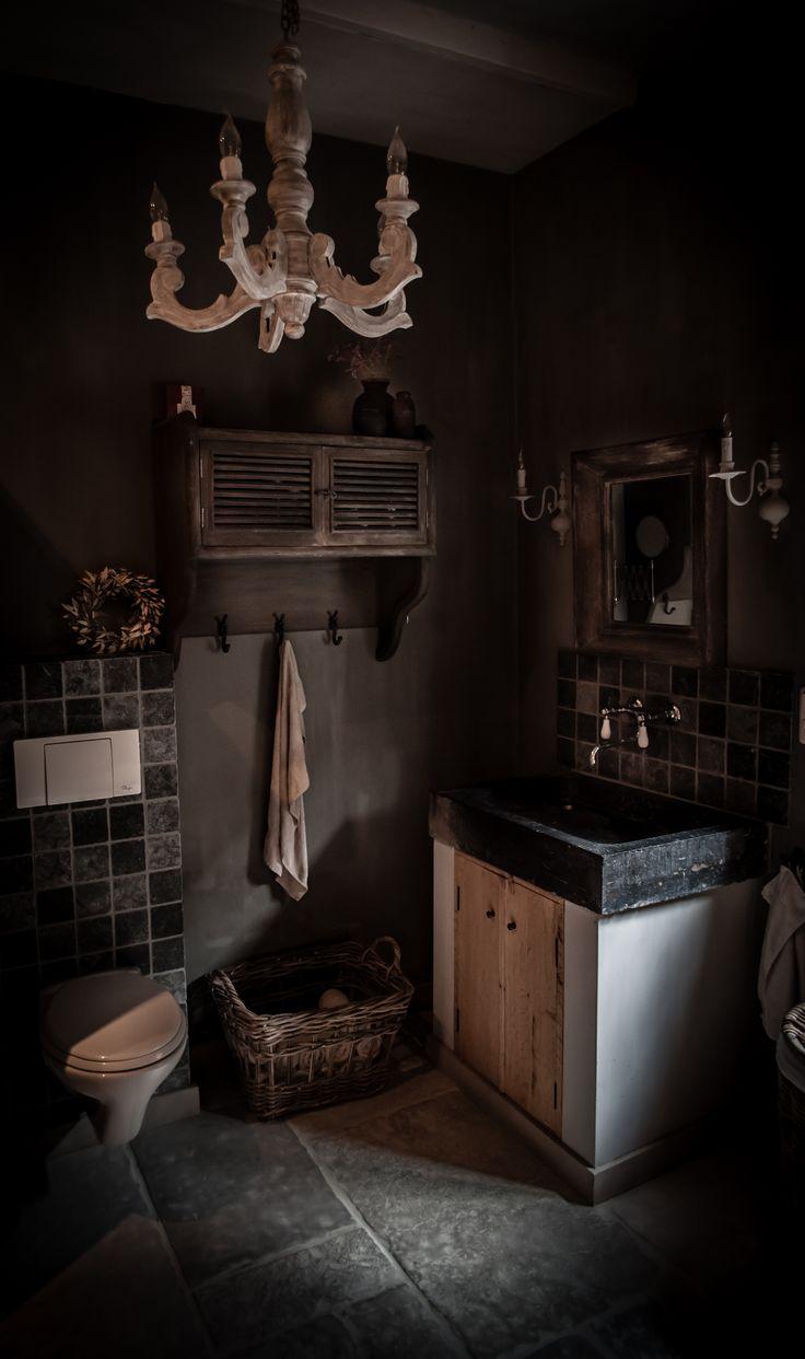Landelijke Badkamer Met Een Kroonluchter & Oude Nepalse kruiken Van Hoffz ....