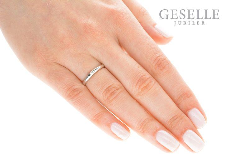 Wyjątkowy pierścionek zaręczynowy z brylantem 0,05 ct - klasyka w nowoczesnej formie - GRAWER W PREZENCIE | PIERŚCIONKI ZARĘCZYNOWE \ Brylant \ Białe złoto od GESELLE Jubiler