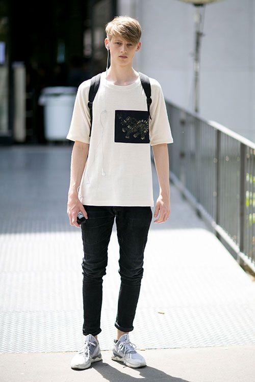 白Tシャツ×黒スキニー×adidasチューブラーグレー