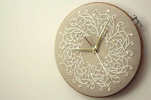 Framegroup / Royal Family, ručne vyšívané nástenné hodiny