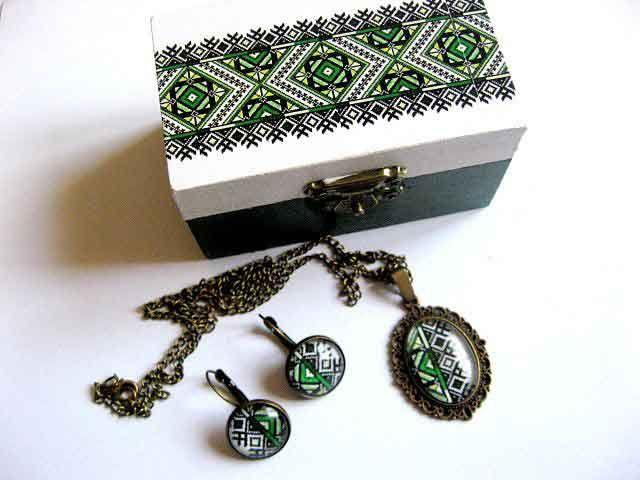 #Cadou #set #bijuterii #bronz, set #cutie, #colier, #pandantiv si #cercei - cu #motive #traditionale http://handmade.luxdesign28.ro/produs/cadou-set-bijuterii-bronz-set-cutie-colier-pandantiv-si-cercei-29442/