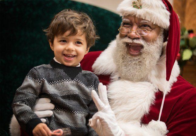 """Por quase todo o mundo o Papai Noel é sempre igual, com suas roupas vermelhas com detalhes em branco, um saco vermelho e uma longa e branca barba. Ou quase igual: no estado do Texas, nos EUA, Larry Jefferson é um pioneiro Papai Noel negro. Para Larry, diante da multidão de homens de barba branca na última Convenção Anual de Papais Noéis, são todos """"irmãos vestidos de vermelho"""". Quando foi trabalhar em um shopping no estado de Minnesota, representando o bom velhinho, no entanto, Larry causou…"""