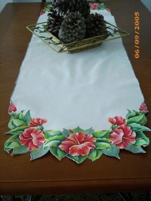 Caminhos de mesa e pintura em tela.