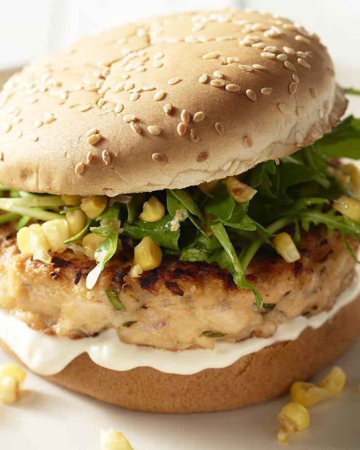 Bye bye klassieke hamburger, dit is onze nieuwe favoriet: heerlijk zelfgemaakte zalmburgers met een overheerlijke citroen-knoflookmayonaise en een fris slaatje.