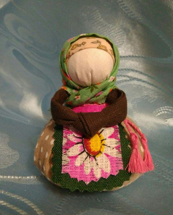 Благополучница.Хозяюшка-благополучница – традиционная русская кукла. Это семейный оберег. Куколка охраняет семейный очаг, притягивает и увеличивает в доме достаток, радость и благополучие, закрывает дорогу злым силам.  Также она выступает как помощница в любых начинаниях.