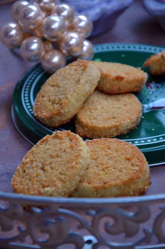 Rezept fürca. 35 Stück:   200 g Buchweizenmehl  75 g Hafermehl oder Haferflocken z.B. gf  1/2 TL Kardamon  100 g Puderzucker  75 g Mandeln, gemahlen  180 g Margarine  Saft und Zesten von einer Orange  1/2 TL Vanille, gemahlen  1 EL Flohsamenschalen  1 Prise Meersalz  zum Wälzen:  Mandeln, gemahlen  In einem Topf die Margarine schmelzen lassen. Alle übrigen Zutaten in ...