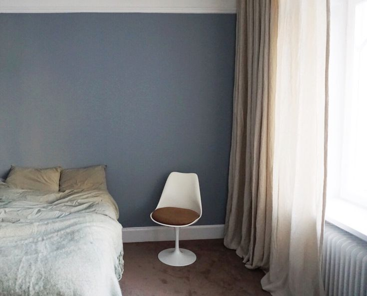 The walls in Amelia Widells bedroom are painted in a lovely blue-grey color - Nordsjö R7.05.55