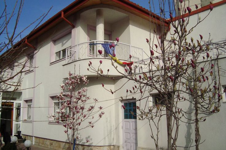 Dacia – Eminescu – Vasile Lascar, vanzare vila 4 camere, constructie 2002, S+P+1+Pod, (se poate inalta si mansarda se poate face locuibila), finisata in 2012 la exterior, izolata. Suprafata c…