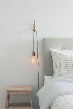 Bonne idée déco : remplacer la traditionnelle lampe de chevet par une jolie ampoule suspendue.