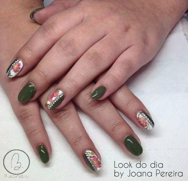 Hoje no #lookdodia temos um trabalho da nossa técnica Joana Pereira, um look glamouroso de inspiração floral! Para adquirir os artigos da imagem pode aceder ao nosso site: http://biucosmetics.com/ A cor utilizada pode visualizá la no link abaixo: http://biucosmetics.com/so-kaki.html