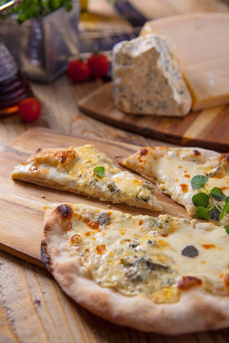 Pizza Quatro Fromagi/Pizza Cztery sery. Sos biały na bazie serów gorgonzola i mozzarella, ser asiago, gorgonzola, ser wędzony scamorza