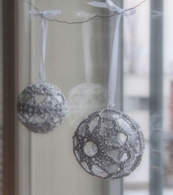 Koukutettu: Hopeiset joulupallot