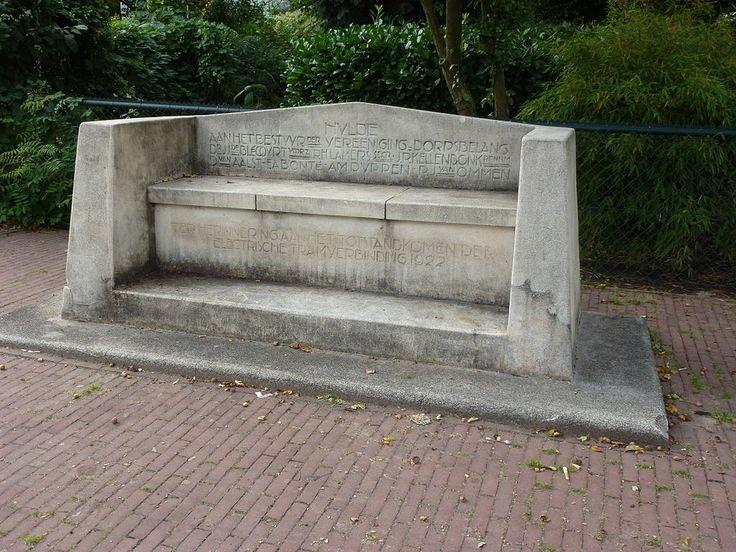 Monument in de vorm van een stenen bank, opgericht ter herinnering aan de totstandkoming van de tramverbinding Hees-Nijmegen, 1922. Stenen bank met ingebeitelde opschriften. Bouwjaar: 1922.