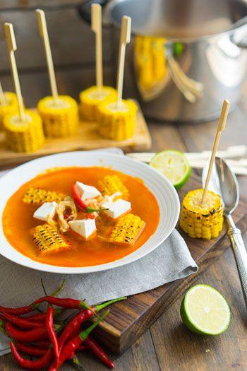 Лёгкий суп с красным перцем и кукурузой Кукуруза — 1 шт Лук — 1 шт Чили — 3 шт Чеснок — 2 зубчика Паприка — 1 ст.л. Курица — 150 г Бульон — 1,5 л Фета Соль, перец