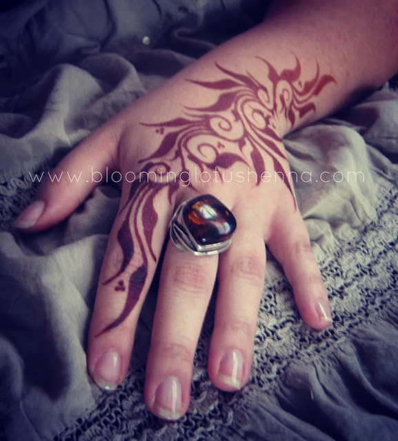 Sudanese Leaves Henna Hand; 24 hr stain by Blooming Lotus Henna and Ana Warren Photography, via Flickr
