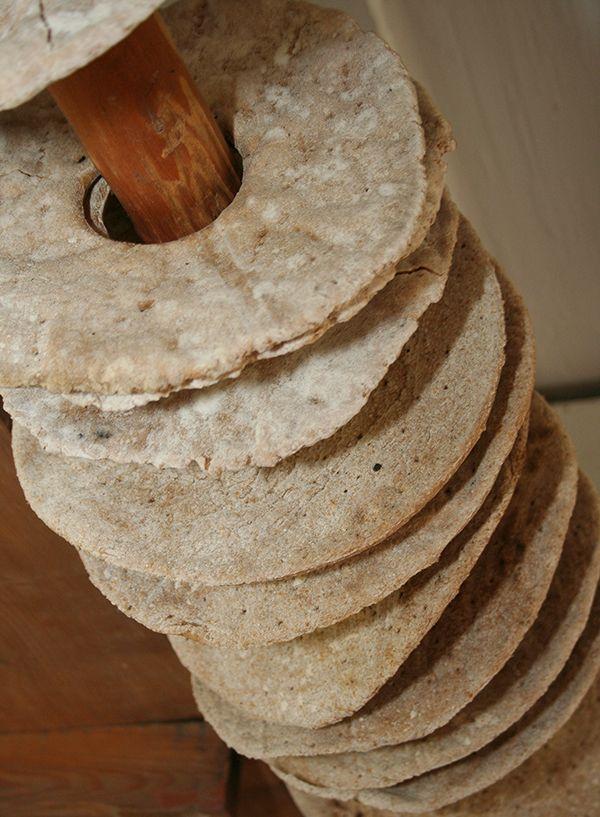 Leipoo, leipoo leipäsiä. Katonrajassa on vanhoja leipiä säilytyksessä. Oulu (Finland)