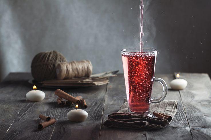 5. Rum thee Je hebt thee met rumsmaak, maar dit is een recept voor warme rumthee. Dus met echte rum gemaakt. Ingrediënten 1 theelepel citroensap stukje citroenschil met twee kruidnagels 60 ml rum hete thee kaneelstokje Bereiding Combineer citroensap, schil en rum in een glas of beker. Vul het glas met hete thee. Roer met …