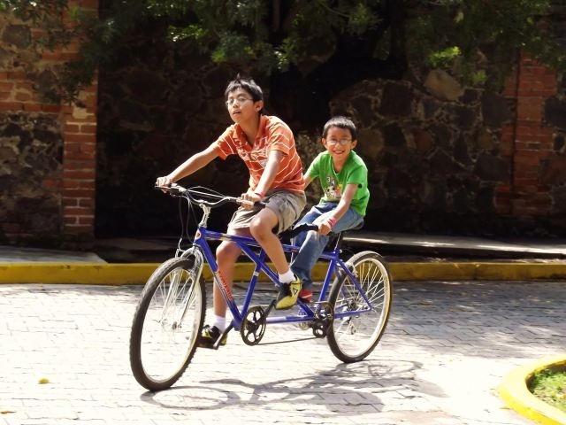Título: Doble diversión en bicicleta Lugar: Metepec, Puebla. México Autora: Rocío Avelino Huerta Texto: Llenar el corazón con la inocencia de esa sonrisa y la satisfacción de aquella mirada...