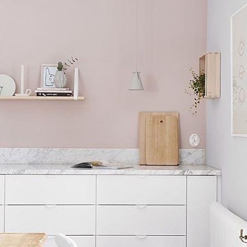 Nytt kjøkken #2: Mal med vaskbare og slitesterke LADY Wonderwall i den vakre rosafargen 2845 Bevegelse. Se hvor fint det ble hos flinke @tippbritta! Foto: @fotografmalingronborg for @plazainterior #kjøkken #ladywonderwall #bevegelse #rosa #jotunlady #jotun #tippbritta #rörelse