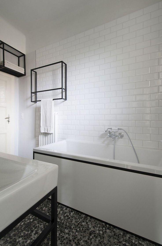 salle de bains rétro avec un carrelage métro blanc, une baignoire îlot et une mosaïque de sol