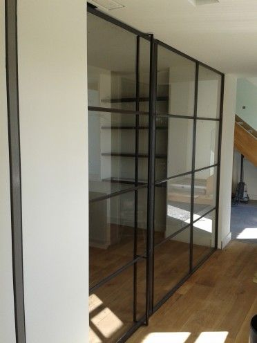 Scheidingswand van glas opgang trap, geeft natuurlijk licht in slaapkamer