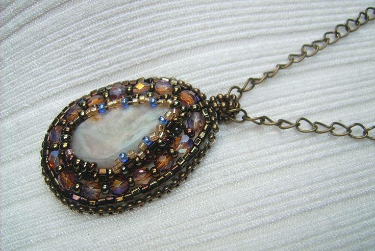 Ny-554. Krém színű ásványos gyöngy-hímzett medál, bronz színű láncon. 990.-Ft.