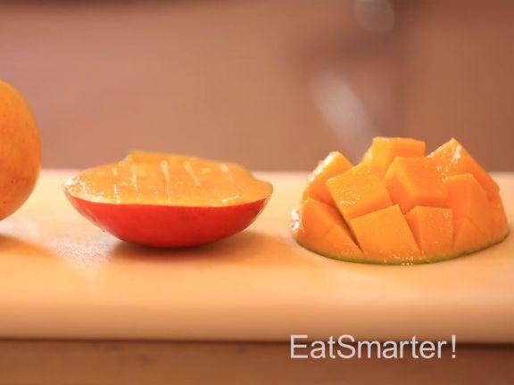 Wir von EAT SMARTER verraten Ihnen einen einfachen Trick, wie man eine Mango ganz leicht schneiden kann.