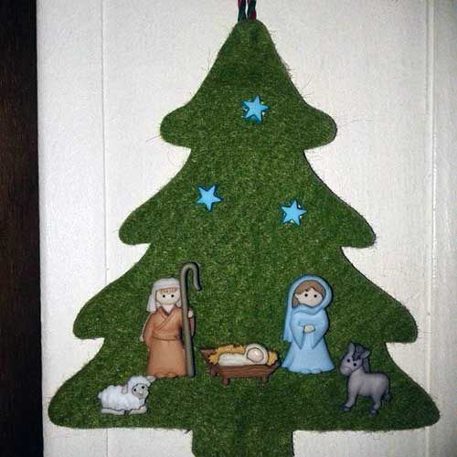Adorno colgante de fieltro verde con botones de pesebre navideño