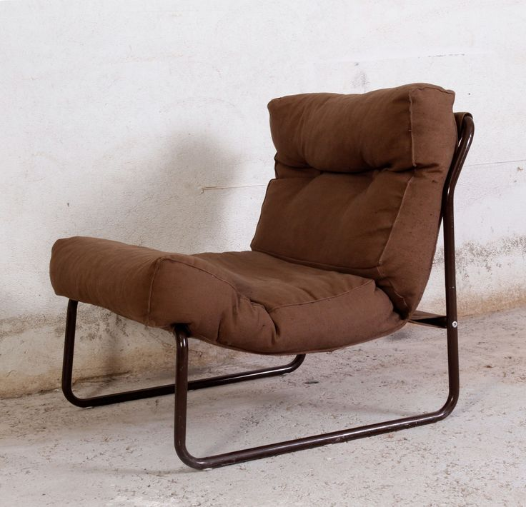 Oppgitt pris er pr stol. Disse 3 stolene har et for oss ukjent opprinnelse, de er ikke merket med produsentnavn. Hos oss har de stått sammen som en slags liten sofa, men de står seg naturligvis fint enkeltvis også. Putene er trukket med et kraftig stoff, antagelig bomullslerret. Stolene har moderat bruksslitasje, spesielt tatt i betraktning at disse stolene antagelig ble kjøpt til et ungdomsrom...