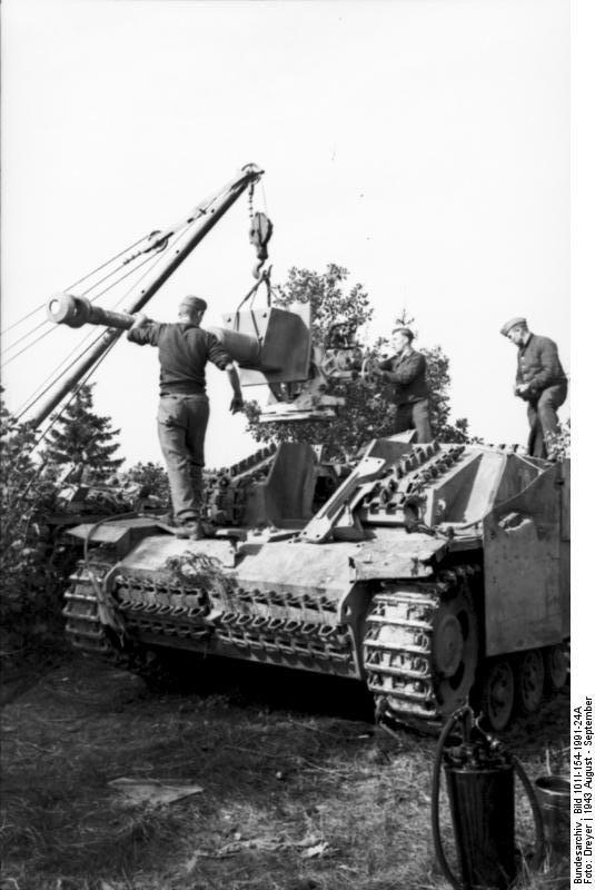 Sturmgeshütz III Ausf. F having its 7,5 cm StuK 40 L/43 replaced, Russia center, August 1943.