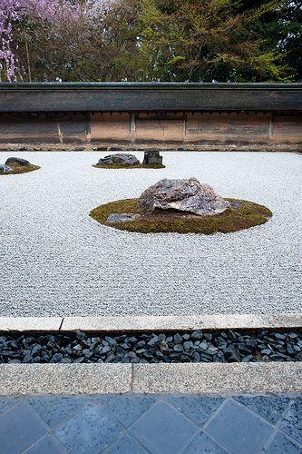 Úžasný zážitek při pohledu na zahradu ze všech stran, protože kdo dokáže spočítat určitý počet kamenů z každého úhlu, tak se mu splní nějaké přání. The rock garden at Temple Ryoan-ji #Kyoto, #Japan