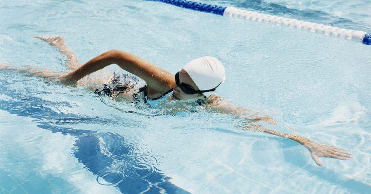 Como reparar o excesso de saturação em uma piscina. Pessoas não treinadas ou mal supervisionadas podem adicionar muito cloro nas piscinas. Há um equívoco que, quanto mais você adicionar cloro à piscina, mais limpa e sanitária ela vai ficar. Às vezes, as piscinas têm problemas com algas e satura-la com cloro é recomendado para resolver o problema. A água de piscina requer um equilíbrio de todos os ...