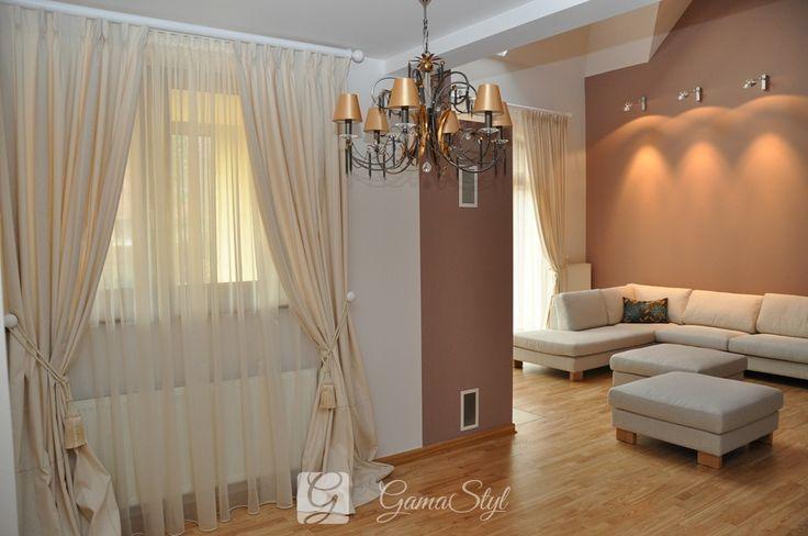 Zasłony na faldach stałych, upięte na ozdobnych chwostach. http://www.gamastyl.pl/oferta/dekoracje-okien