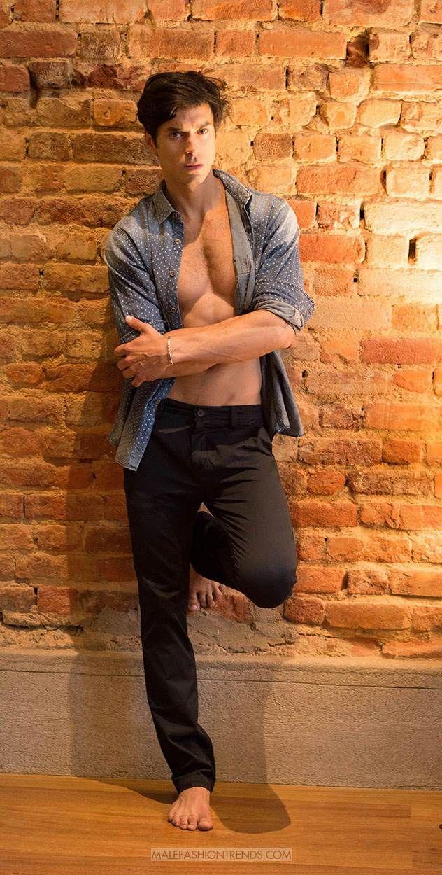 En exclusiva, el modelo brasileño Igor Augusto posa para la cámara de Rodrigo Nuñes en un ensayo fotográfico en el 55/Rio Hotel de Brasil