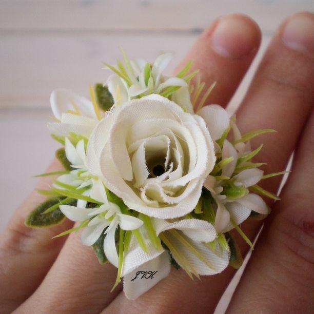 Prstýnek Azura Popis: Prstýnek v bílých barvách.Prstýnek tvoří umělá růže, bílé květy a listy, vše připevněno na bižuterním pokladu v stříbrné barvě, velikost je upravitelná. Slouží pro dekorativní účely. Vhodný do interiéru.Nevystavujte vlhku. Rozměry: Zdobená část:Průměr: cca 4 cm. Výška: cca 2,5 cm. UPOZORNĚNÍ:Barvy se mohou mírně lišit ...