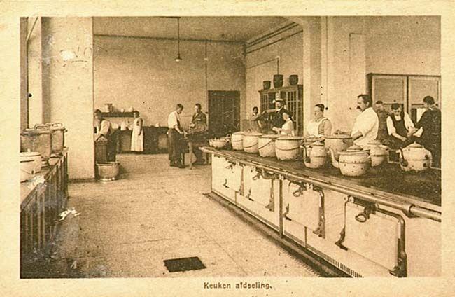De keuken van het Rijks Krankzinnigen Gesticht aan de Dr. Poletlaan. 1922