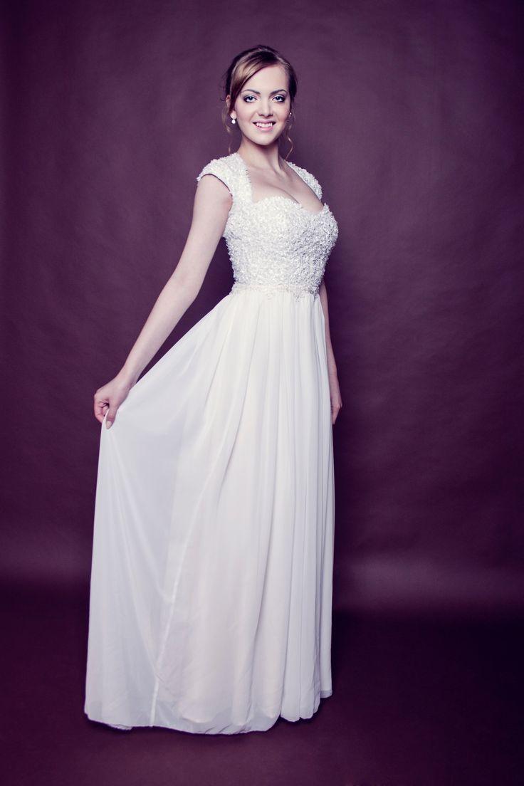 Svatební šaty - ručně pošívaný korzet Svatební šaty z autorské kolekce Svatební romance. Velikost: 38(díky šněrování a volné sukni můžou šaty sedět i velikosti 36 nebo 40) Rozměry: obvod hrudníku 90-98 cm (košíček ideálně C-E) obvod pasu 70-74 cm Barva - krémová / smetanová Korzet je hustě ručně pošívaný vystřihnutou krajkou a skleněnými korálky, díky ...