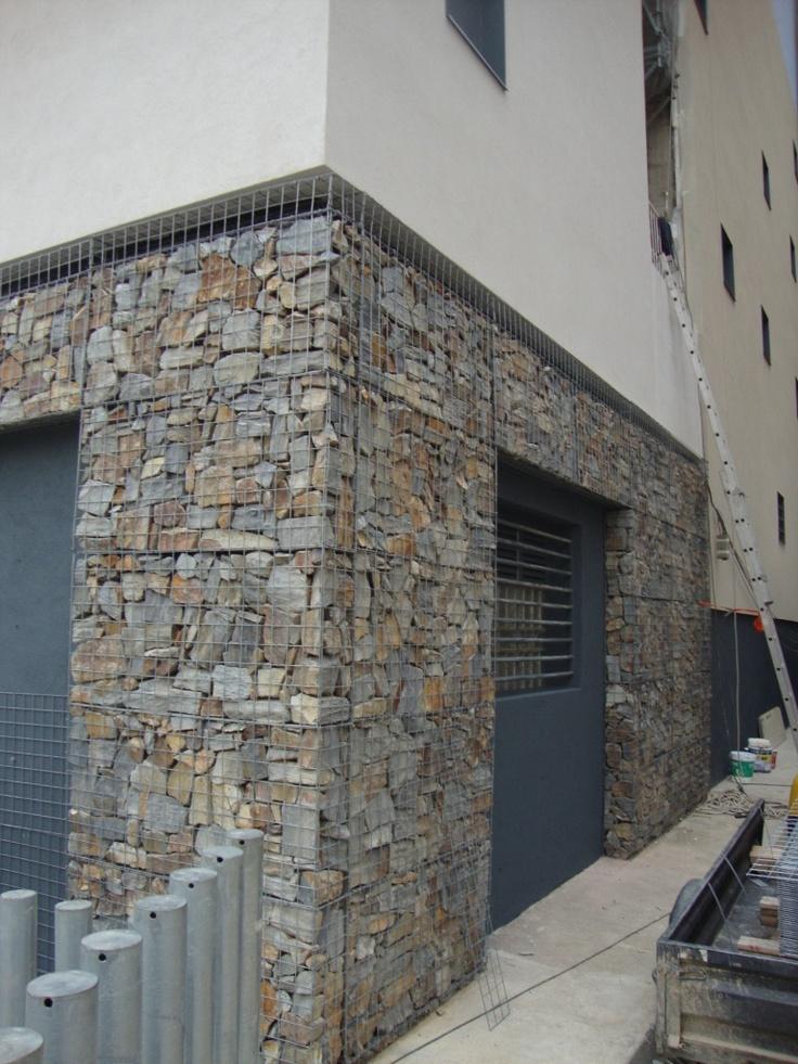 Rehabilitaci n de un muro en barcelona con gavi n de - Recubrimiento de piedra ...