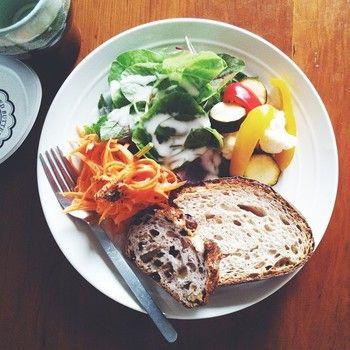 フレンチドレッシングをかけたベビーリーフと、カラフルな野菜のピクルス。盛りつけるだけの簡単な朝食なのに、心が満たされるのはなぜでしょう。